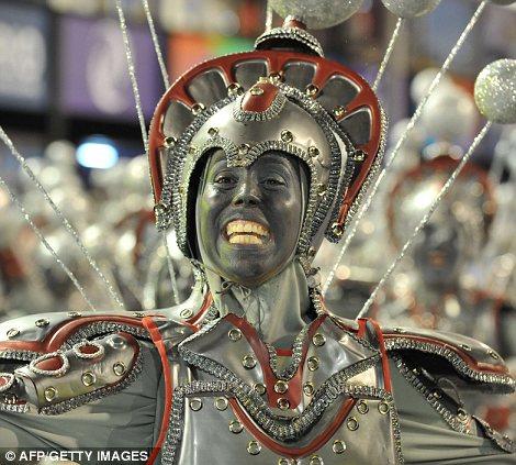 Танцовщица Unidos-да-Тижука школы самбы выполняет в первую ночь карнавала парад на Sambadrome