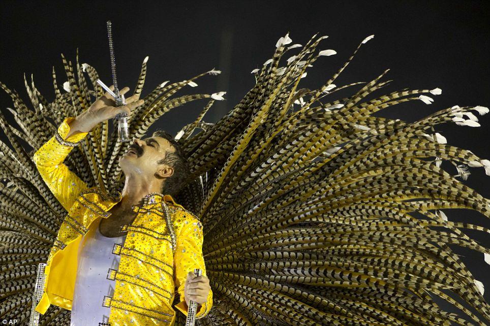Killer Queen: исполнитель из Mocidade за независимость де-Падре Мигель школы самбы выступает в роли Фредди Меркьюри королевы