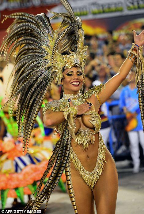 Гуляка из школы самбы Portela выполняет в первую ночь карнавала парад на Sambadrome