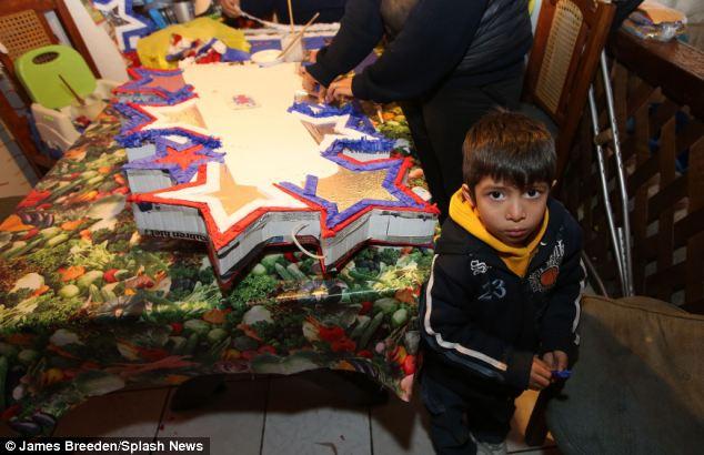 Omar, 4, destaca por su madre María Villegas como ella hace piñatas