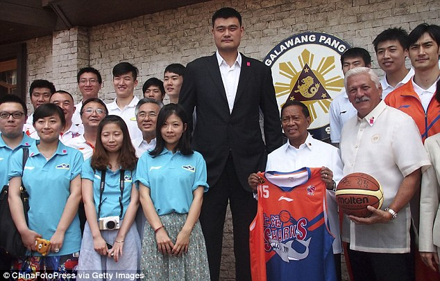Yao Ming visits Phillippines and towers over everyone | Daily Mail Online