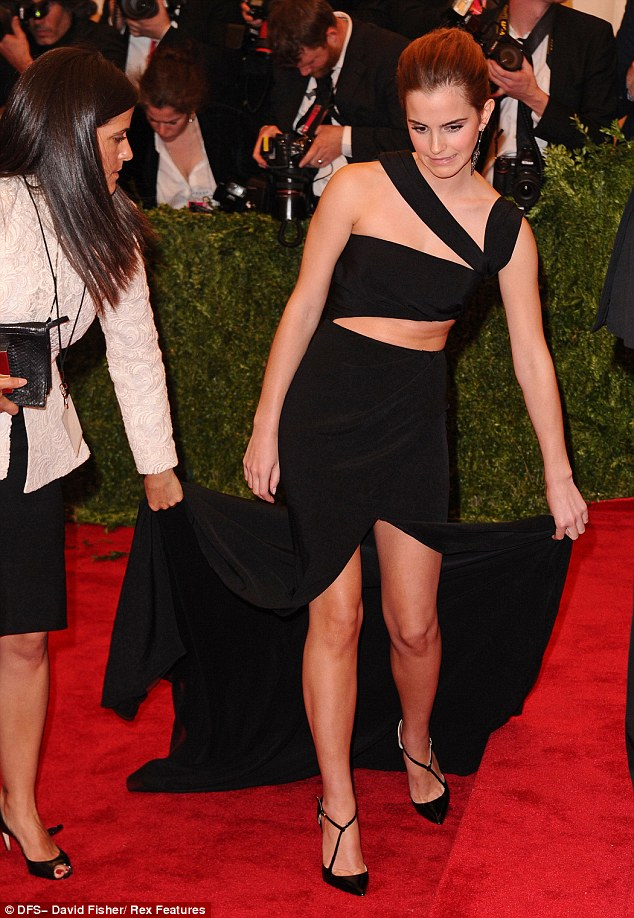 Met Ball 2013 Emma Watson Struggles With Her Long Dress