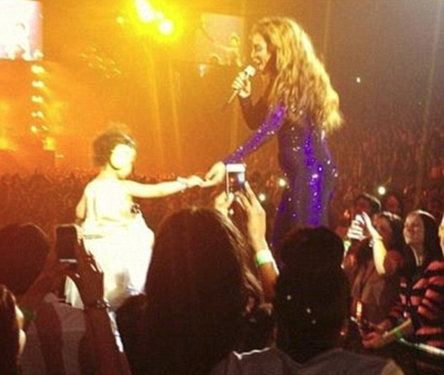 Supposed pregnant picture of Beyonce performing in London