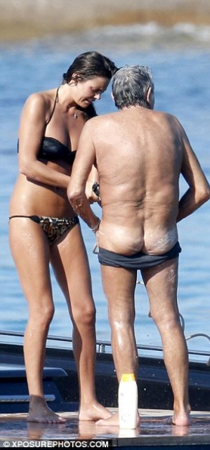 Good Lord! The couple were completely unconcerned about being seen as Roberto flashed his buttocks in public