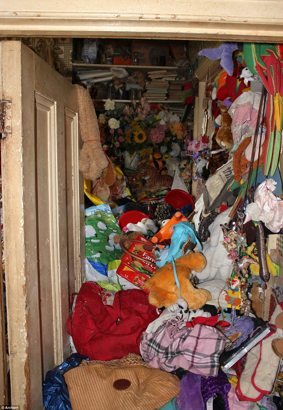 Falling Down Flowers Wallpaper Landlord Discovers 40 Years Of Hoarded Rubbish Inside 163