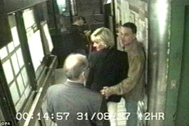 Princesa Diana y Dodi Fayed con (foto juntos en la noche de su muerte) fueron asesinados junto a Henri Paul cuando el coche se estrelló en un tunne Paris