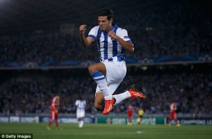 Carlos Vela celebra uno de los goles que le dio a la Real su pase a la Champions League.
