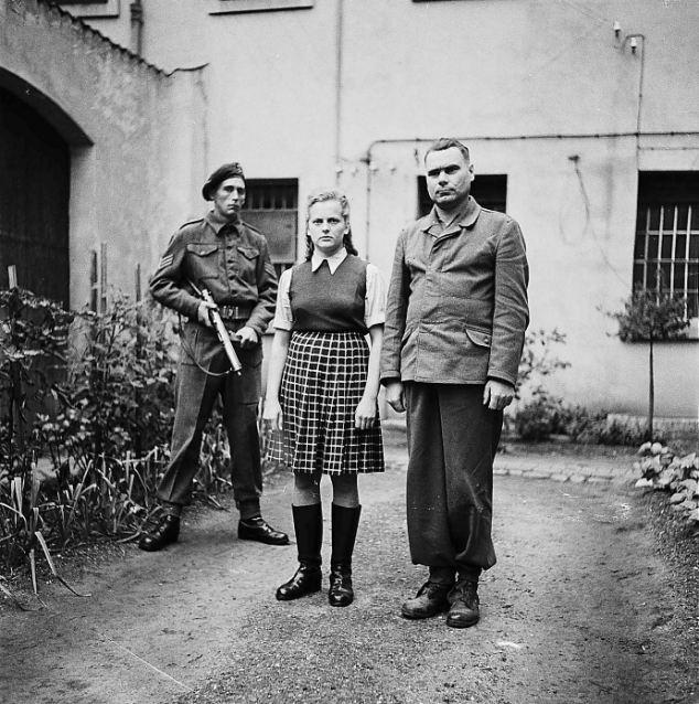 Guilty: Irma Grese, apodado 'The Beast Beautiful' en la foto con dos guardias antes de que ella fue ahorcado en 1945 a la edad de 22