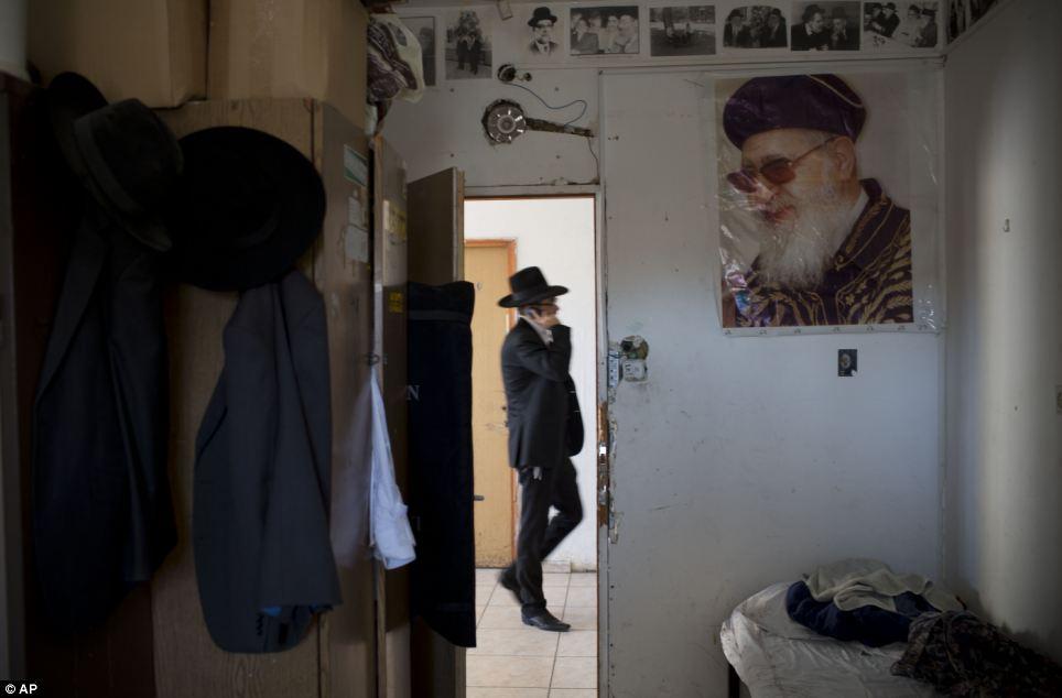 Adoré: Un portrait du rabbin Ovadia Yosef accroche sur un mur dans une yeshiva