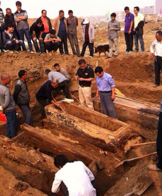 Además, la piel del cadáver que ahora se ha llevado a la universidad local para su estudio y trabajos de conservación se había vuelto negro