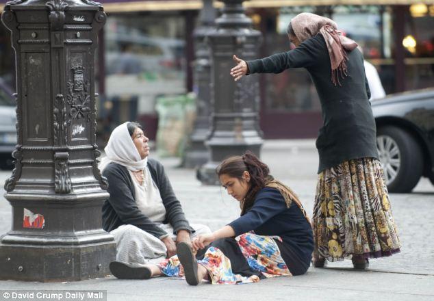 Encuestas: mujeres gitanas representadas fuera de la estación de tren Gare Du Nord Paris