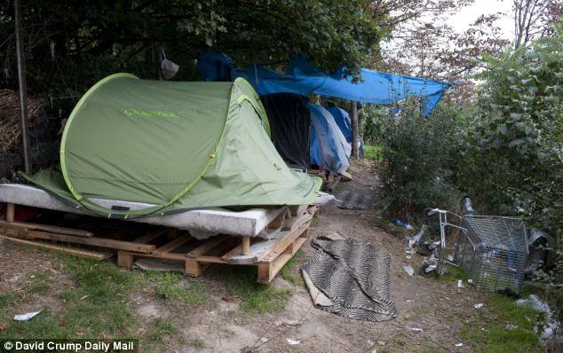 Miseria: Los romaníes están viviendo en tiendas de campaña como ésta foto en el camino Peripherique
