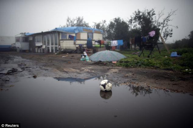 Camps: Caravanas en un campamento de las familias gitanas en Triel-sur-Seine, cerca de París