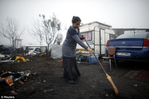 Caravanas: Una mujer rumana barre el área delante de su caravana