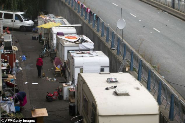 """'Merecen ser expulsados de Francia': Los franceses ministro del Interior, Manuel Valls dijo que la evacuación forzosa de los gitanos de los campamentos era """"vital"""""""
