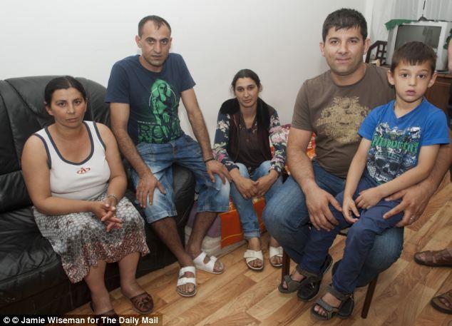 Argentinia y Amar Mirzescu (a la izquierda) se representan con amigos Monica Marin Ramón y cinco años de edad, Alex Feraru y su padre Catalin