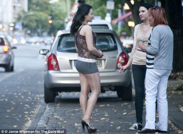 Una prostituta rumana se representa hablar con Sue Reid (derecha) a través de un traductor (en el centro)
