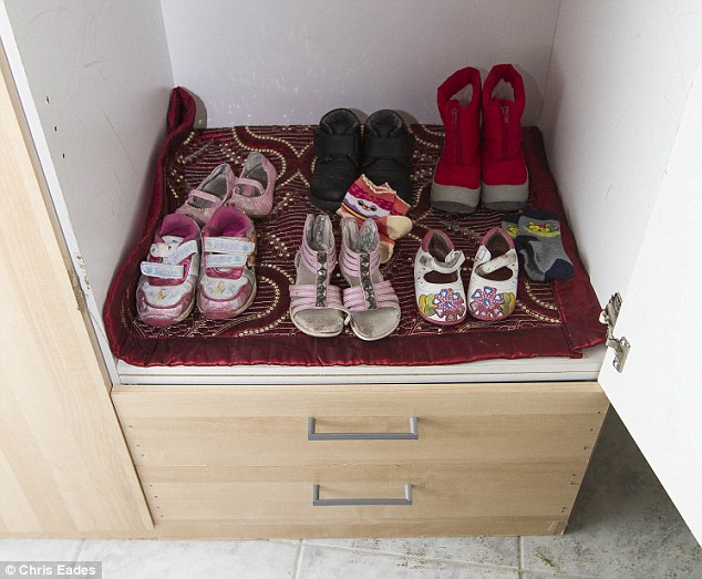 Visto: un armario, una vez más el único en la casa, tenía dos filas de zapatos de niña y otras prendas de vestir