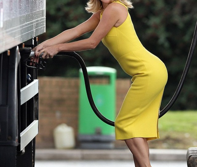 Lovely In Yellow Amanda Holden Launches Her Autobiography By Delivering Her Own Books In A