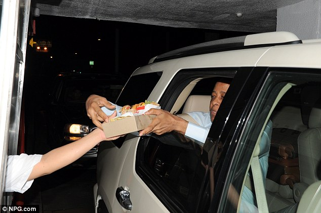 Ne peut pas attendre: Murray avec impatience tendit sa voiture pour prendre les burgers à un drive-thru de l'articulation de la restauration rapide emblématique