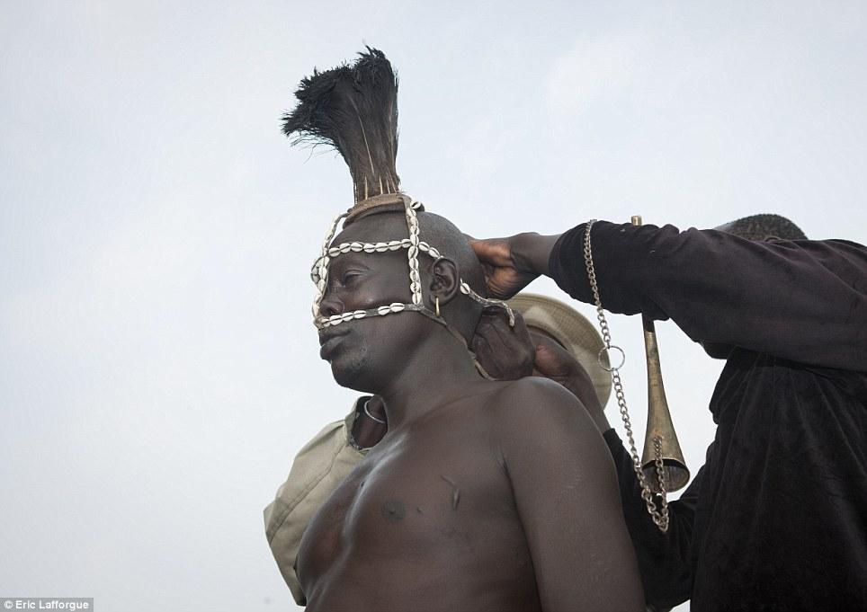 Decoração: O código de vestuário para a cerimônia inclui também uma seleção de cocares lindamente trabalhadas, neste caso, um feito de uma mistura de búzios e plumas de avestruz