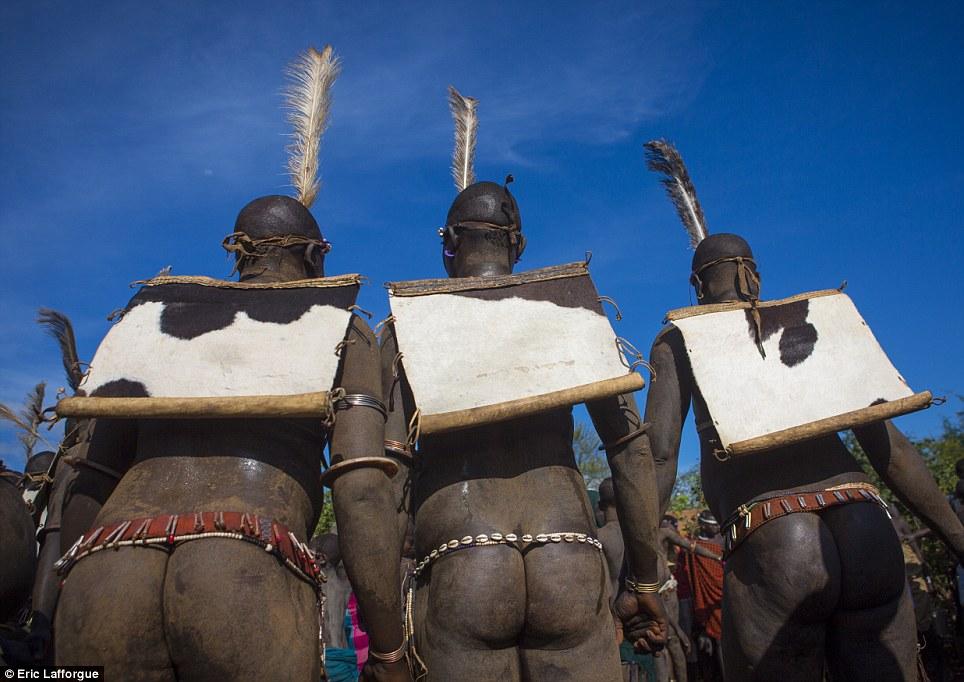 Em xeque: Depois de horas de correr ao redor da árvore sob o sol escaldante, os homens esperar para ouvir o que levará o título de homem mais gordo do Bodi
