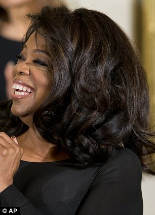 did oprah highlights talk show legend shows off streaks of lightened hair as she accepts