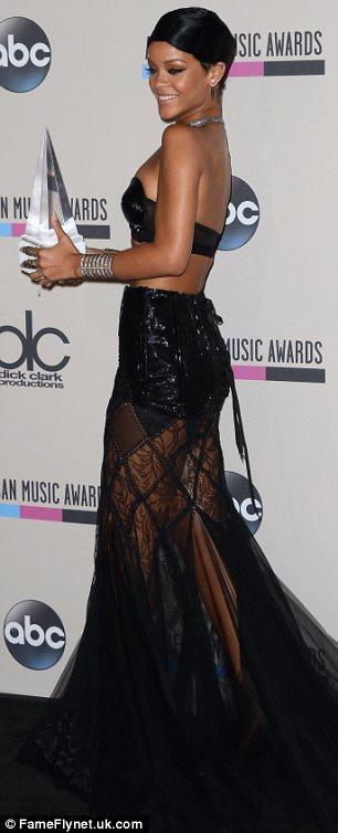Révéler: robe révélatrice de Rihanna a laissé peu de place à l'imagination comme elle a posé avec son prix