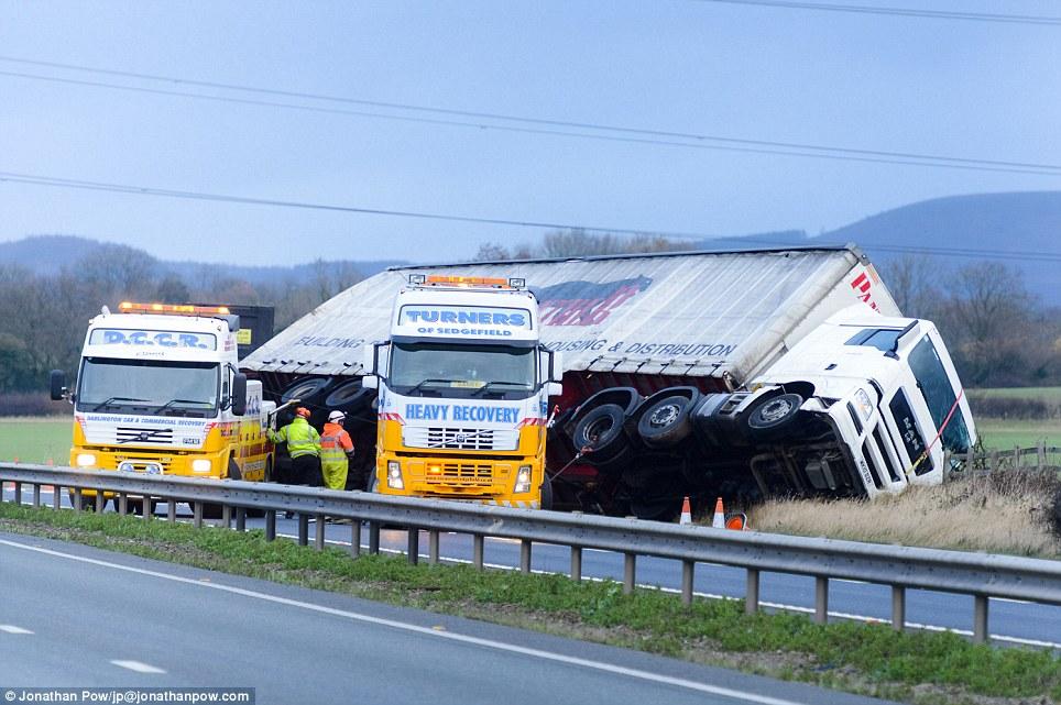 Crash: Un camión volcado en la A19 en dirección sur en Thornton-le-Street, North Yorkshire, atrapado en vientos fuertes
