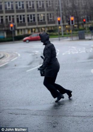 Los trabajadores de oficina se esforzaban por mantenerse en pie hoy en Leeds (1)