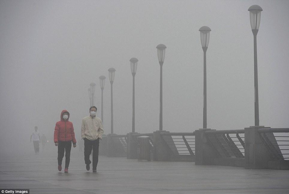 Les gens qui portent des masques de marche le long du Bund à Shanghai plus tôt cette semaine.  Le smog lourd qui s'attardait dans les régions septentrionales et orientales de la Chine depuis la semaine dernière a commencé à ascenseur