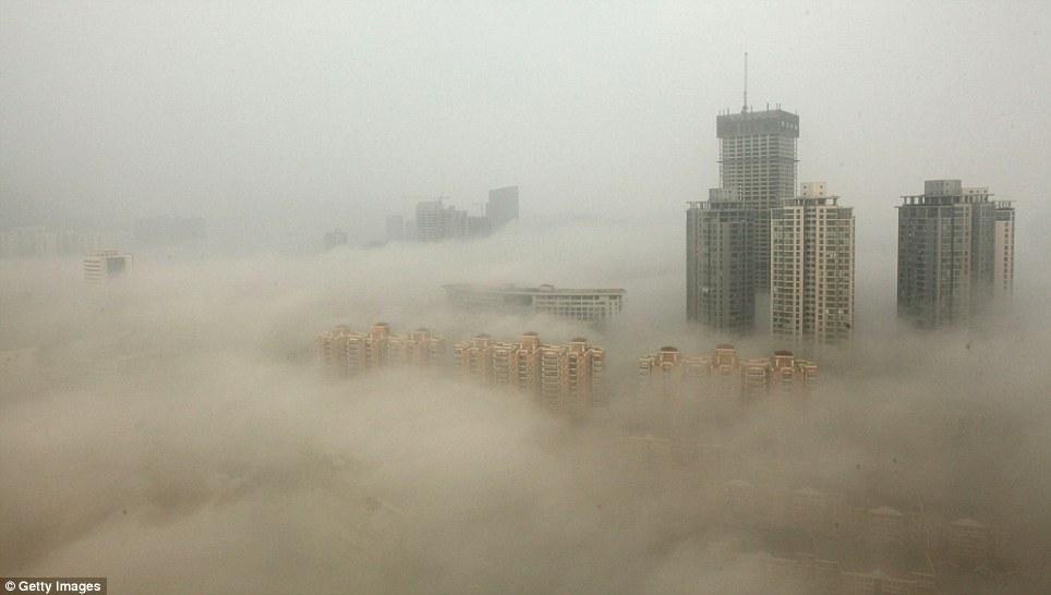 Drap gris: Cette photo montre les bâtiments dans la ville de Lianyungang, où les écoles ont dû être fermées.  Les médias d'Etat a été condamné pour avoir tenté de mettre un spin positif sur le problème