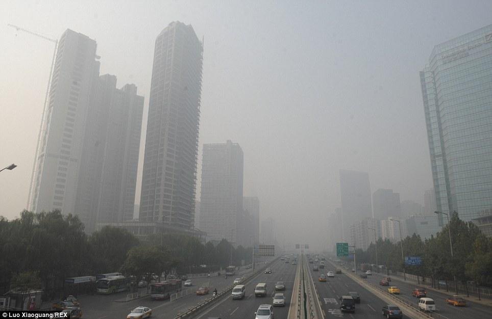 La superpuissance: Même sur une journée normale, de nombreuses villes chinoises ont des niveaux de pollution dangereusement élevés.  Cette photo du centre-ville de Beijing a été prise le 2 Novembre de cette année