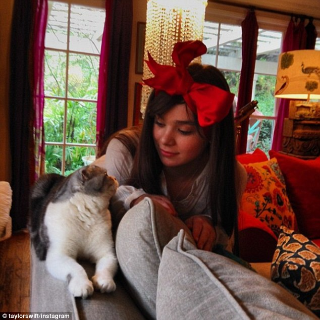 Taylor Swift Gets Into The Christmas Decorating Spirit
