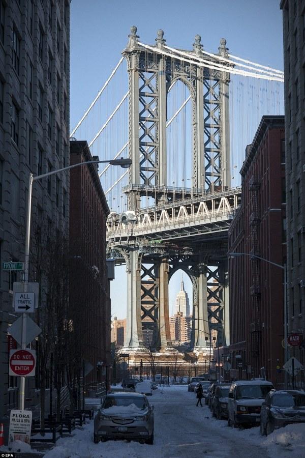 Manhattan Empire State Building through Bridge