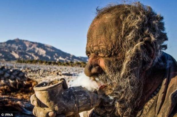 Fumar caliente: el hombre que no se ha bañado durante 60 años, Amou Haji, fotografiado aquí fumando su pipa