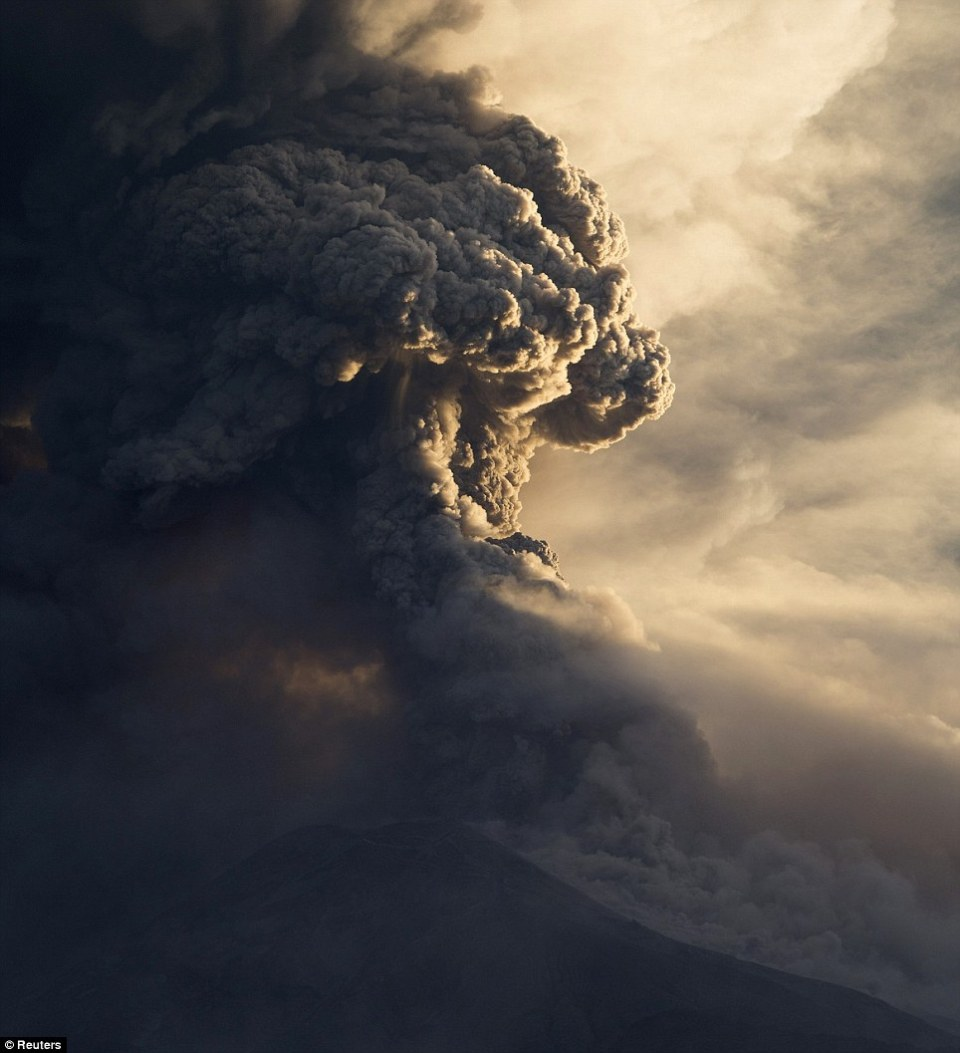 dahsyatnya awan panas gunung sinabung