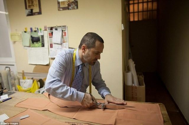Ακρίβεια: Tailor Francisco Sanchez κόβει ένα κομμάτι του υλικού σε ταυρομάχους «Fermin» tailor κατάστημα
