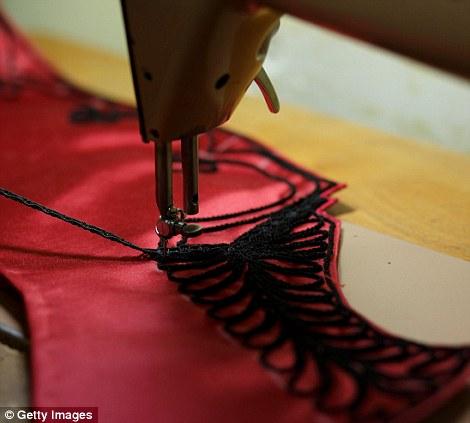 Απαιτείται ειδικά χρησιμοποιεί μια ραπτομηχανή για να εργαστεί σε ένα στολή ταυρομάχος στο ταυρομάχους «Fermin» tailor κατάστημα