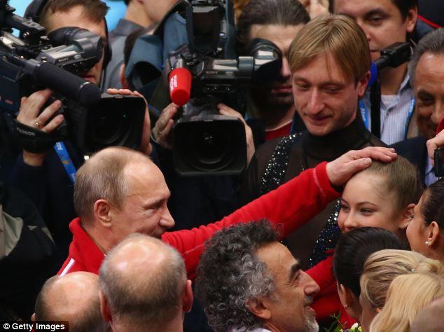 Vladimir Putin felicita a Julia Lipnitskaia tras ella patinó hacia la gloria en los Juegos Olímpicos de Invierno