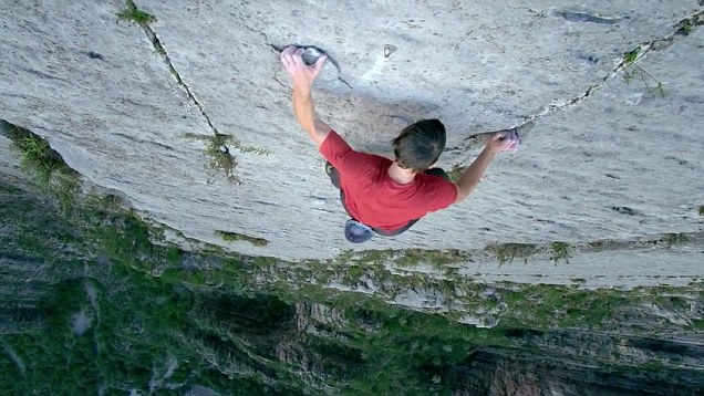Who needs ropes Fearless free climber clutches on by his fingertips to scale 2500ft rock face