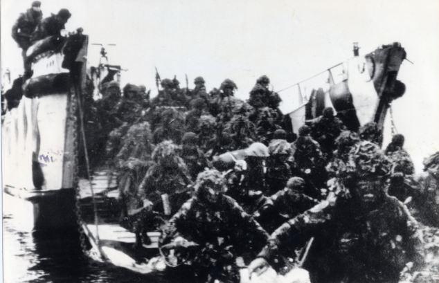 Ataque: En la foto durante la última invasión, Royal Marines desembarcaremos en Puerto San Carlos para liberar las islas