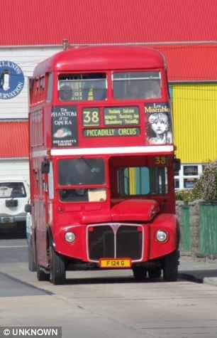 Hogar lejos del hogar: La isla tiene muchos toques caseros, incluyendo viejos autobuses Routemaster que fueron enviados allí después de haber sido eliminado en Londres