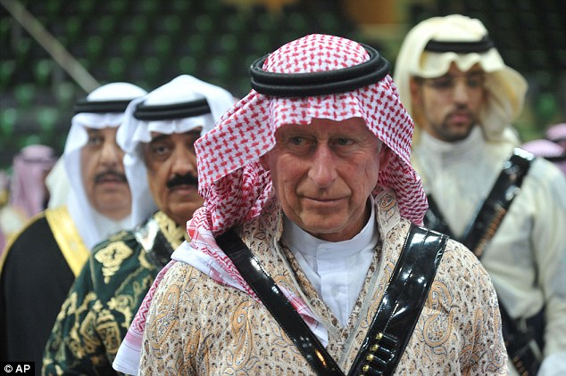 The prince wore a flowing outfit known as a ¿thobe¿, traditionally worn by men from the Arab Gulf states