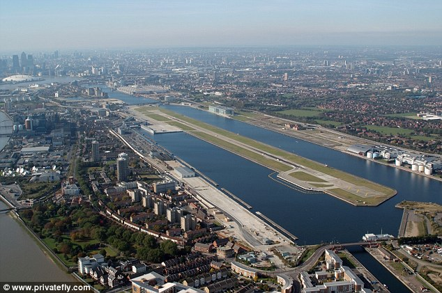 London City Airport gives fantastic views. From the East, passengers can see the Thames estuary from QE2 bridge to Silvertown. From the west, the approach takes flights Canary Wharf and you may see Westminster, London Eye, Tower Bridge, St. Pauls
