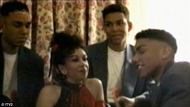 Ao todo: 3T com a sua falecida mãe Dee Dee Jackson