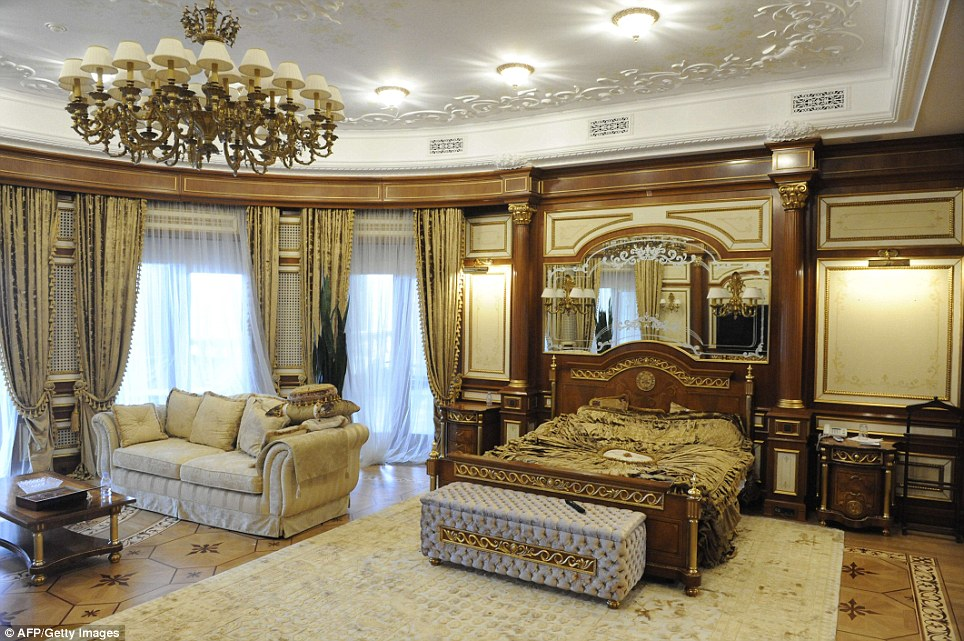 Opulence of Viktor Yanukovichs palace shown in new pictures  Daily Mail Online
