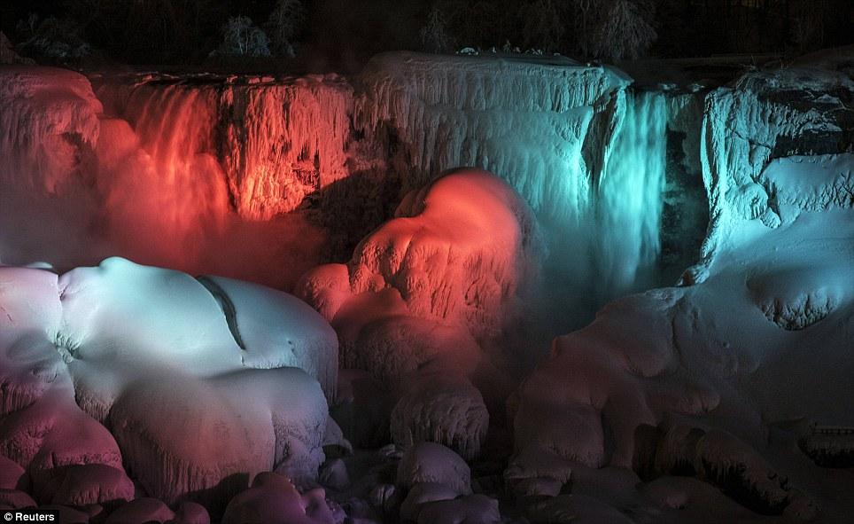 Lindos: Luzes iluminam as cataratas congeladas como as temperaturas caem em um dígito