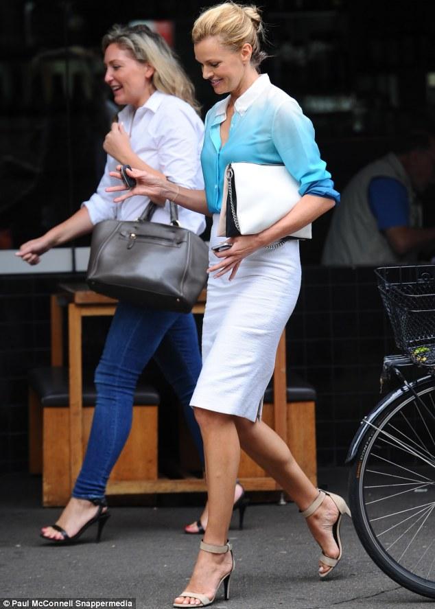 Sarah Murdoch Dashes Around Town Without Her Wedding Ring