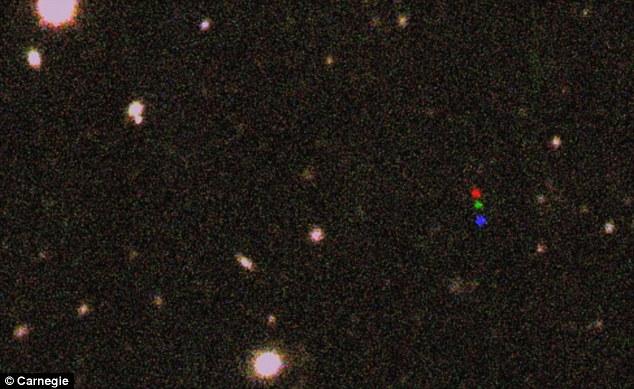 Ce sont les images de découverte de l'année 2012 VP113.  Trois images du ciel de nuit, pris chacun environ deux heures d'intervalle, ont été combinés en un seul.  La première image a été artificiellement coloré bleu rouge, vert seconde et troisième.  2012 VP113 déplacé entre chaque image comme on le voit par les points rouges, verts et bleus